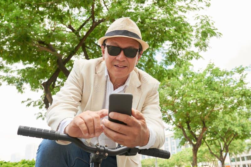 Homem que usa Smartphone imagem de stock