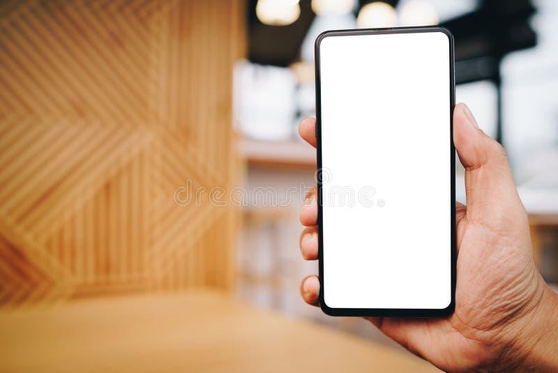 Homem que usa Smartphone Telefone celular da tela vazia para a montagem da exposi??o gr?fica imagens de stock