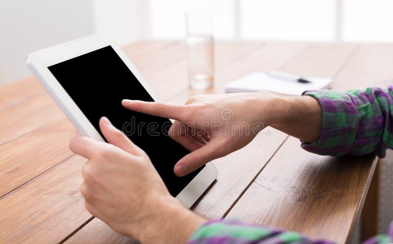Homem que usa a tabuleta digital, fim acima, vista lateral, fotos de stock