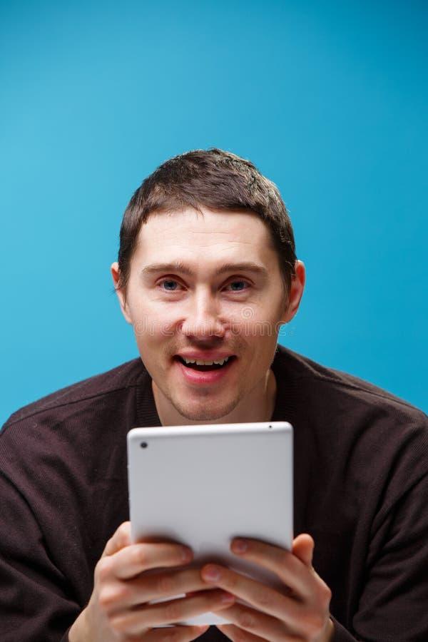 Homem que usa um computador da tabuleta fotografia de stock royalty free