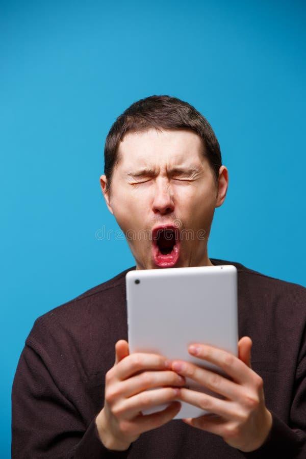 Homem que usa um computador da tabuleta imagem de stock