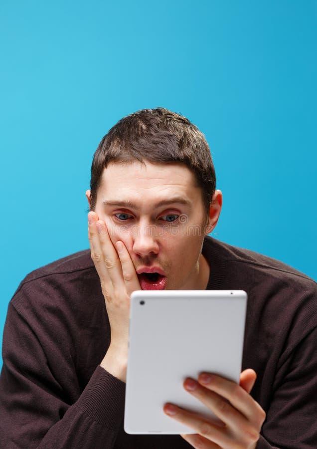 Homem que usa um computador da tabuleta imagens de stock