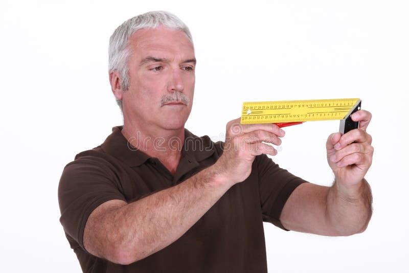 Homem que usa um quadrado de tentativa fotos de stock royalty free