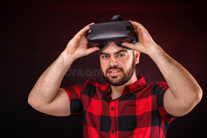 Homem que usa vidros de VR fotografia de stock royalty free