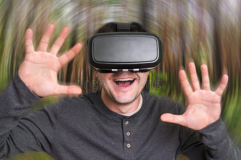 Homem que usa vidros dos auriculares da realidade virtual imagem de stock royalty free