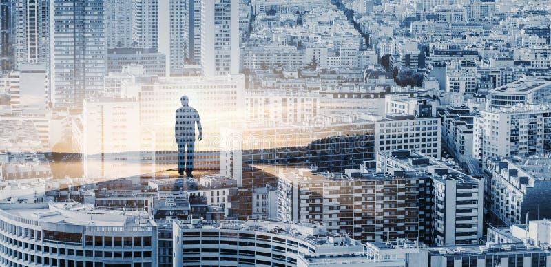 Homem que vai no nascer do sol sobre o fundo da arquitetura da cidade foto de stock
