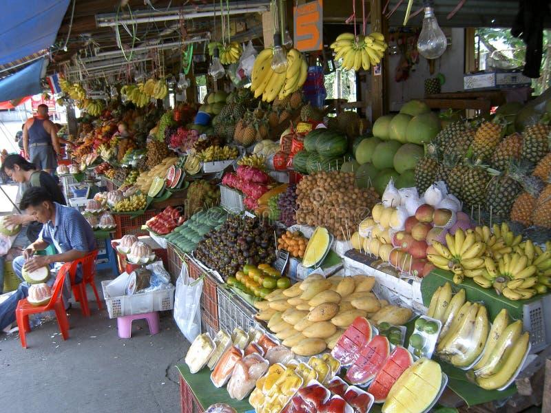 Homem que vende a fruta, Tailândia. imagens de stock royalty free