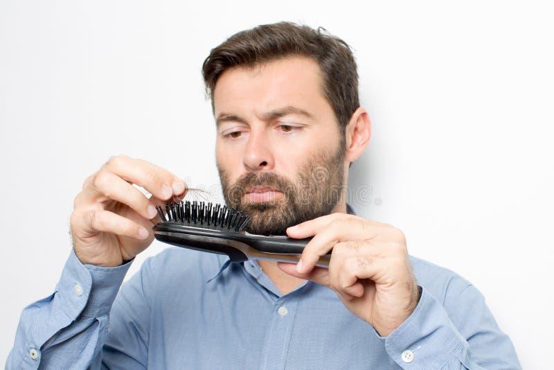 Homem que verifica o cabelo fotografia de stock royalty free