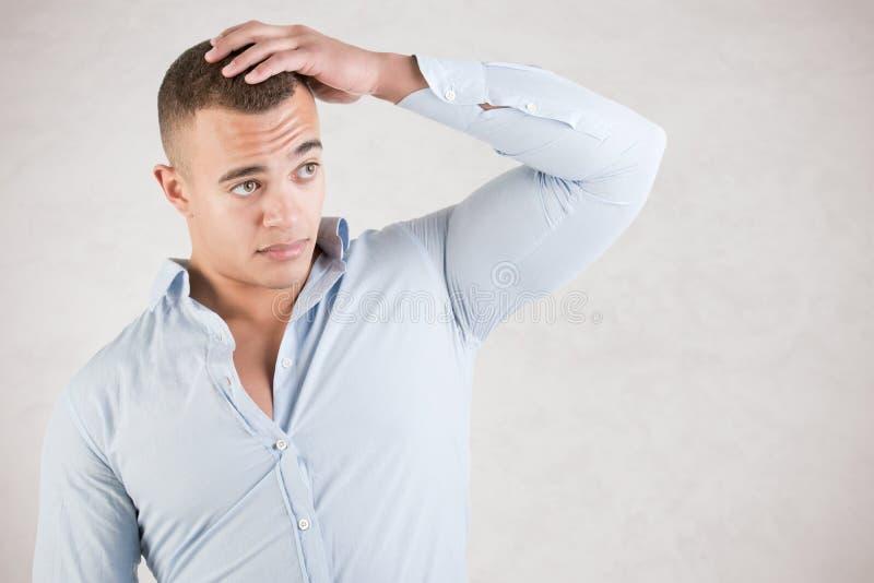 Homem que verifica o cabelo imagem de stock
