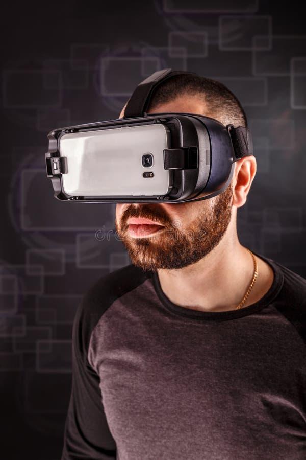 Homem que veste óculos de proteção da realidade virtual foto de stock royalty free