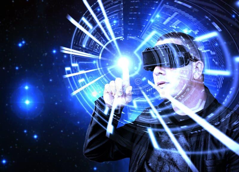 Homem que veste auriculares da realidade virtual de VR e que usa HUD gráfico foto de stock
