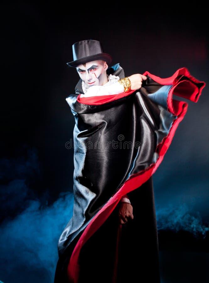 Homem que veste como o vampiro. Dia das bruxas fotos de stock royalty free