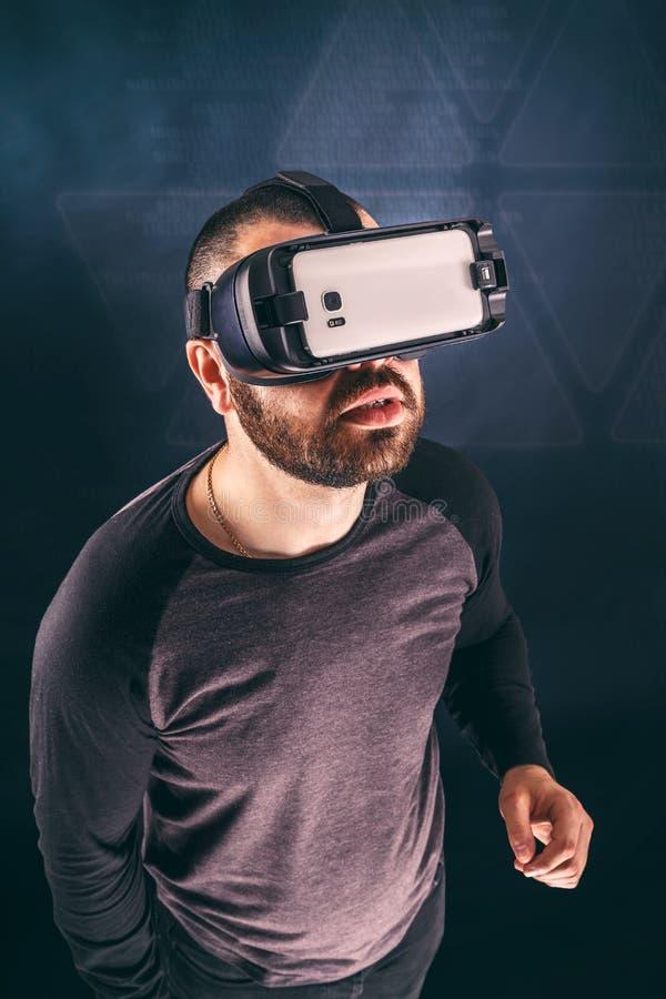 Homem que veste o dispositivo da realidade virtual fotos de stock royalty free