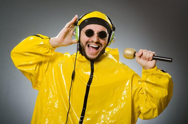 Homem que veste o terno amarelo foto de stock