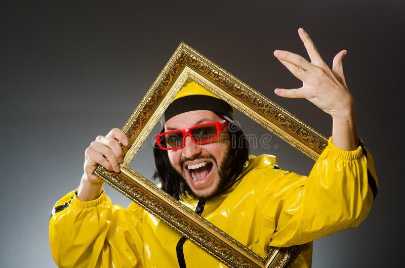 Homem que veste o terno amarelo fotografia de stock