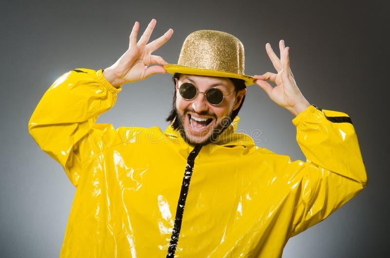 Homem que veste o terno amarelo fotos de stock
