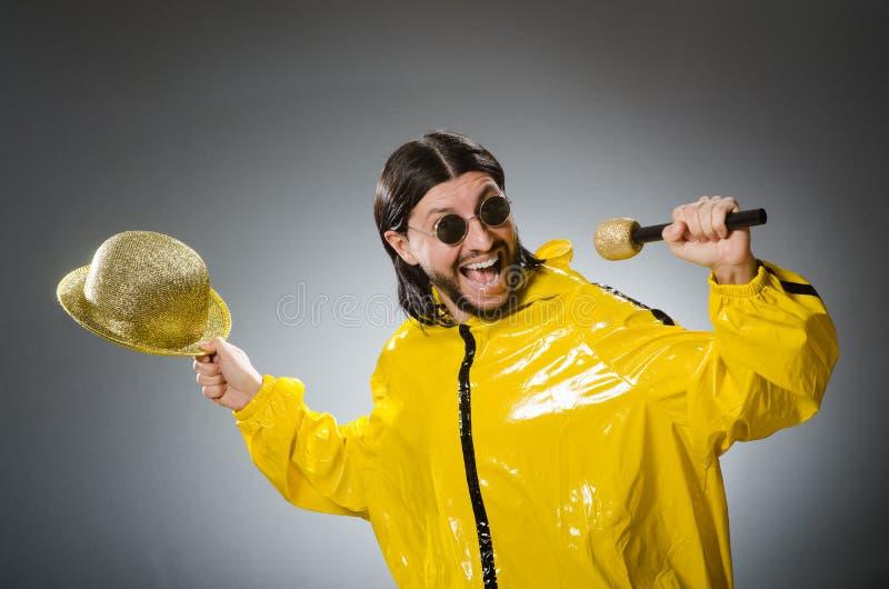 Homem que veste o terno amarelo foto de stock royalty free