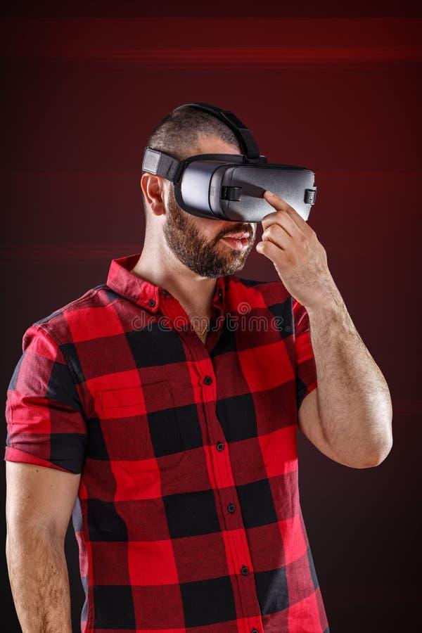 Homem que veste vidros da realidade virtual fotos de stock royalty free
