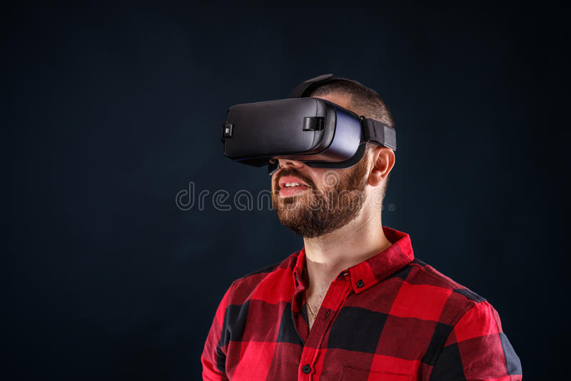 Homem que veste vidros da realidade virtual foto de stock royalty free