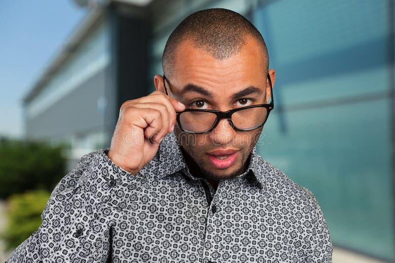 Homem que veste vidros geeky fotos de stock royalty free