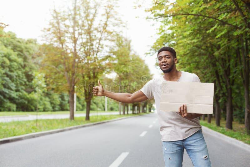 Homem que viaja na estrada foto de stock