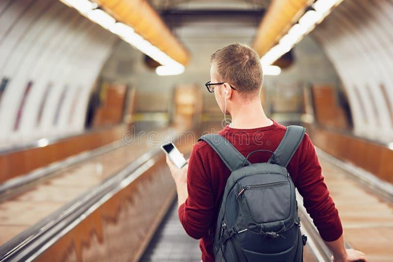 Homem que viaja pelo metro fotografia de stock royalty free