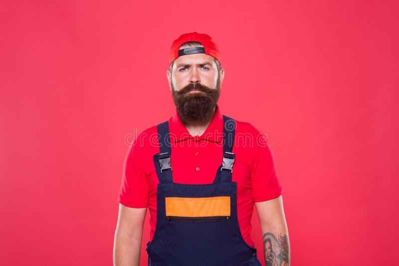 Homem real serviço Handyman Trabalhador útil do homem Reparação e renovação Homem brutal trabalhador barbudo de uniforme Construt foto de stock royalty free