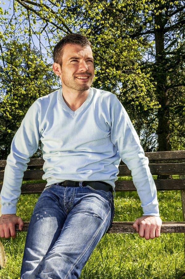 Homem relaxado do parque foto de stock