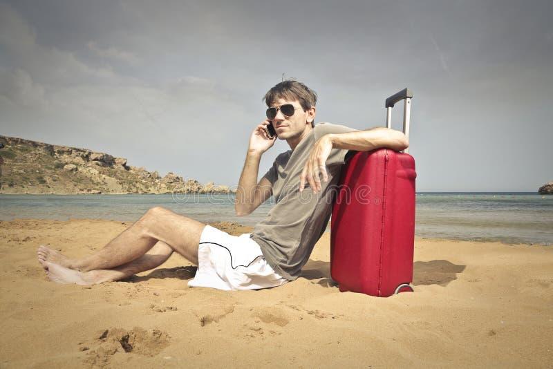Homem relaxado na praia fotos de stock