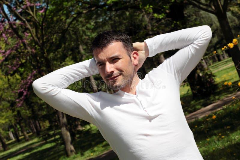 Homem Relaxed em um parque imagem de stock royalty free