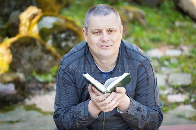 Homem religioso com a Bíblia Sagrada imagem de stock royalty free