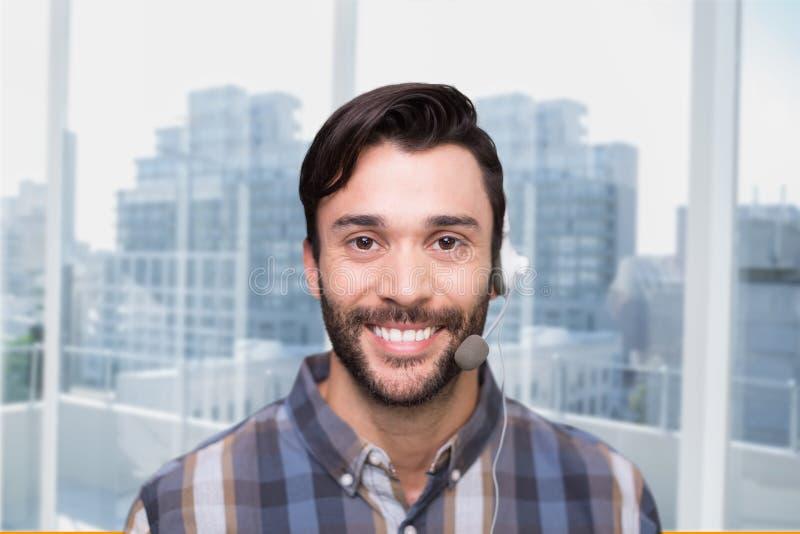 Homem representativo do cuidado feliz do cliente contra o fundo da cidade foto de stock royalty free