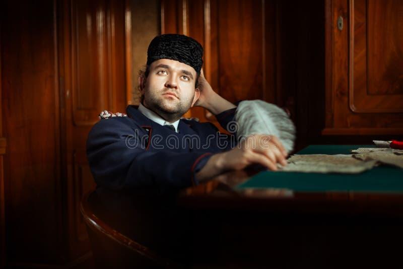 Homem retro com olhos sonhadores fotografia de stock royalty free
