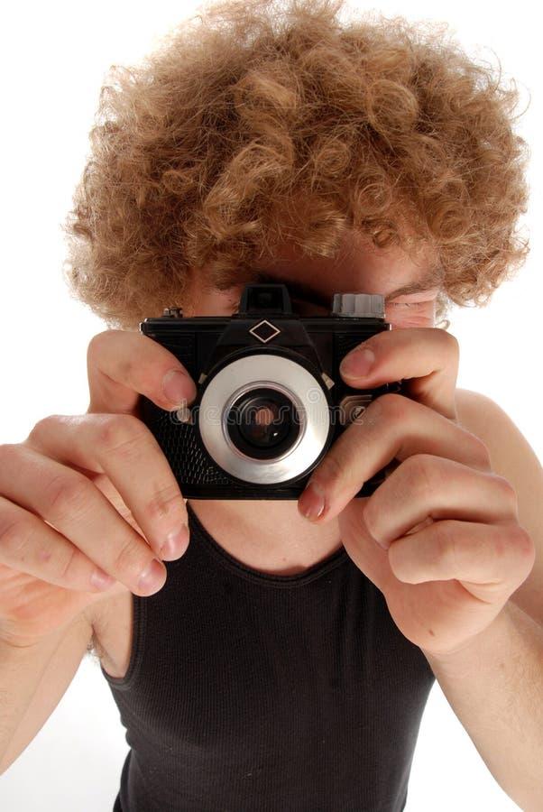 Homem retro que usa a câmera retro imagem de stock