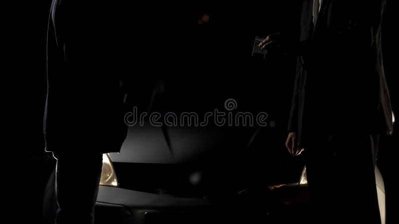 Homem rico em drogas de compra do terno de negócio do negociante perto do carro na noite, apego imagens de stock