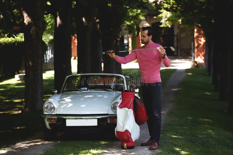 Homem rico que prepara-se para o jogo de golfe em seu tempo da recreação imagens de stock royalty free