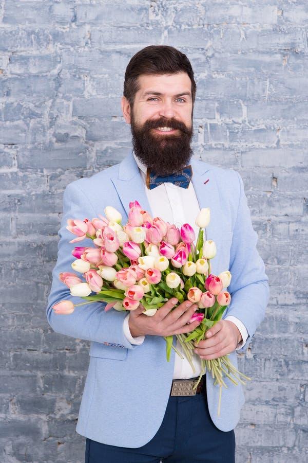 Homem romântico com flores Presente romântico Data romântica preparando-se macho Amor de espera Tulipas para o querido foto de stock royalty free