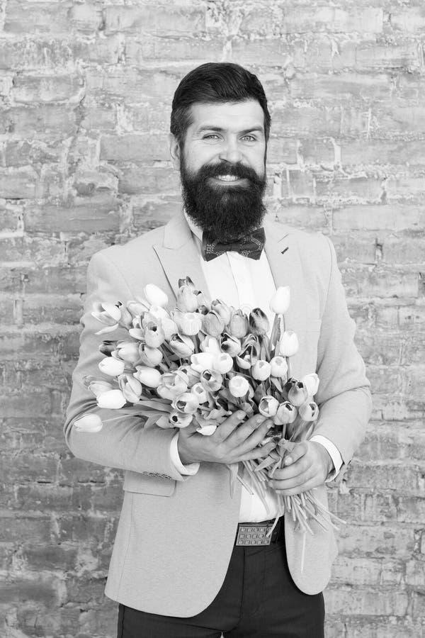 Homem rom?ntico com flores Presente rom?ntico Data rom?ntica preparando-se macho Amor de espera Tulipas para o querido foto de stock royalty free