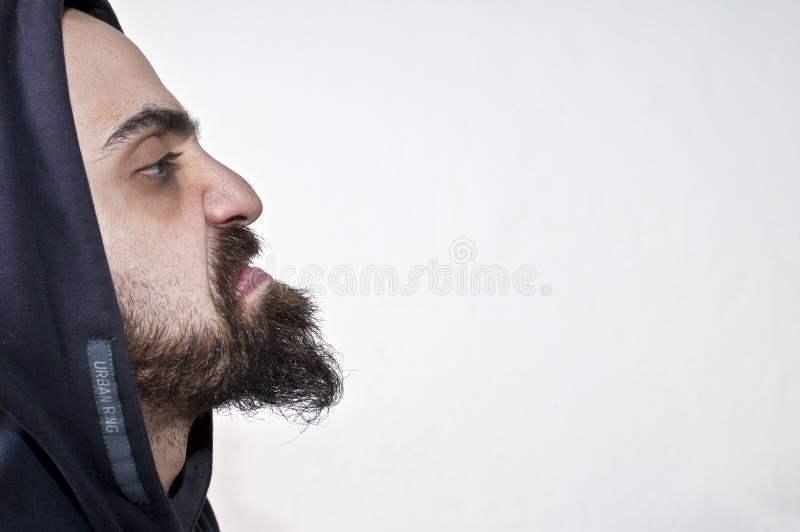 Homem ruim e irritado com uma capa imagens de stock