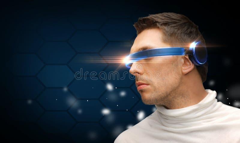Homem sério com vidros futuristas imagem de stock royalty free