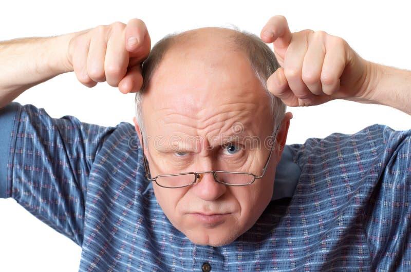 Homem sênior calvo que engana ao redor foto de stock royalty free