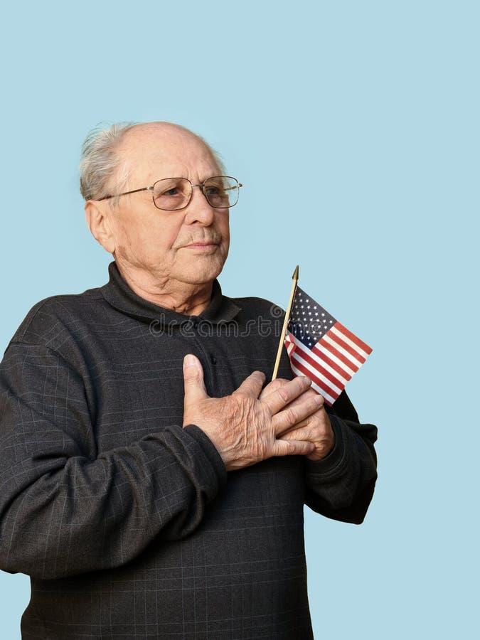 Homem sênior com bandeira americana fotografia de stock royalty free