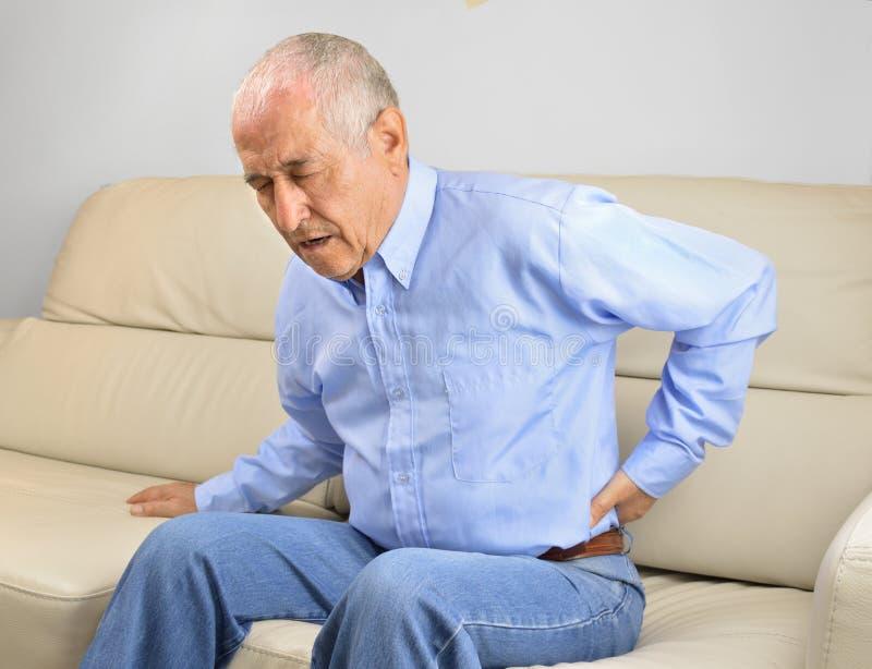 Homem sênior com dor traseira foto de stock