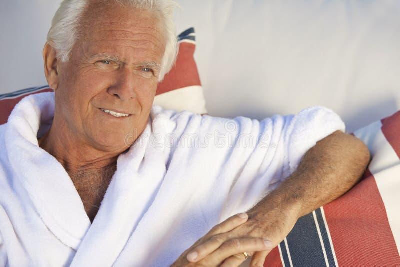 Homem sênior considerável no Bathrobe branco dos termas fotografia de stock royalty free