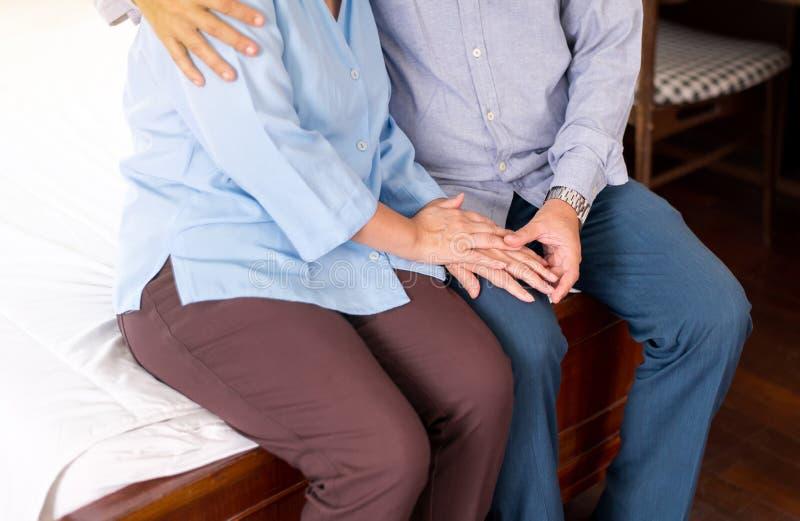 Homem sênior dando mão a mulher deprimida, prevenção de suicídio, atitude positiva e mente aberta,Conceito de saúde mental imagens de stock royalty free