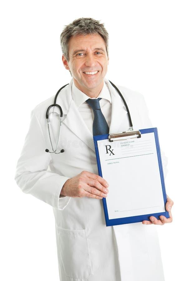 Homem sênior do médico que mostra a prescrição foto de stock royalty free