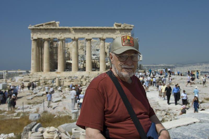 Homem sênior e turistas no Parthenon foto de stock