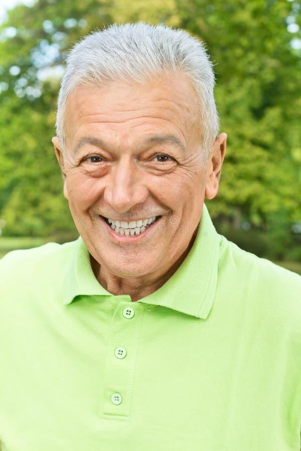 Homem sênior feliz ao ar livre fotografia de stock royalty free