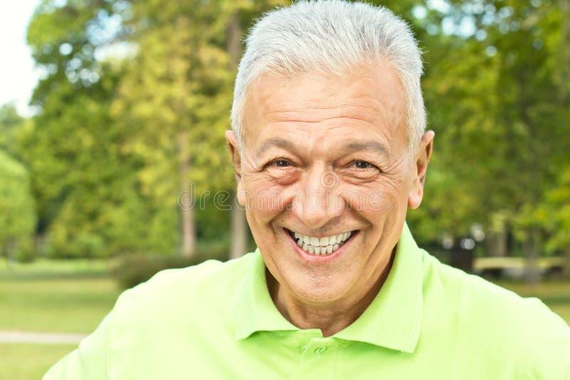 Homem sênior feliz ao ar livre foto de stock