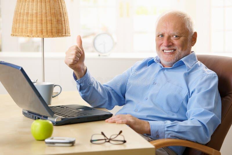 Homem sênior feliz que dá o polegar acima fotografia de stock